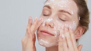 Coronavirus Gesichtspflege in Corona Zeiten Frau Eincremen Waschen Seife Reinigen Auftragen