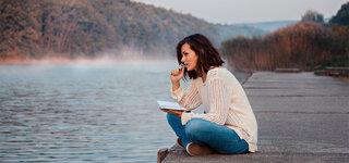 Coronavirus Corona und die Psyche Wenn die Normalität weit entfernt ist Frau See Steg Lesen Tagebuch schreiben Nachdenklich nachdenken Dunst Nebel Herbst