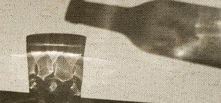 Coronavirus Alkohol Alkoholkrank in der Pandemie Flasche Glas Alkoholisches Getränk Sucht Prävention