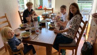 DR Persönliche Erfahrungen Ernährungswoche Familie sitzen am Tisch
