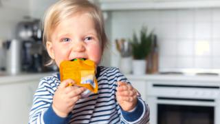 Kind isst Quetschobst