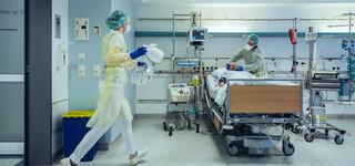 Coronavirus Einige Kliniken fahren Behandlungen herunter  Krankenhaus Intensivstation Bett Betreuer Beatmung Überwachung Sauerstoff Notfall