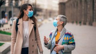 Coronavirus Masken günstig für die Schleimhäute zwei frauen Gehen Stadt Unterhalten Unterhaltung Sprechen Atmen Schutzmasken Zugewandt Kommunikation Gestik