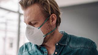 Risikogruppen sollen Schutzmasken kostenlos bekommen FFP2 Maske Coronavirus Mann Gesicht Covid19 Profil