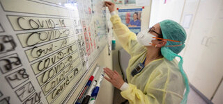 Arbeiten zwischen Leben und Tod Intensivstation Coronavirus Covid19 Ayse Yeter (l), Krankenschwester und Stationsleitung