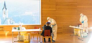 freiwilliger Antigen-Schnelltest fuer alle Suedtiroler und diejenigen, die sich in der Region aufhalten, Covid19, COVID-19, Corona, Eindaemmung des Virus und der Infektionen, Virusbekaempfung, Massentest, Alpen, Feldthurns, Suedtirol, Alto Adige, Italien