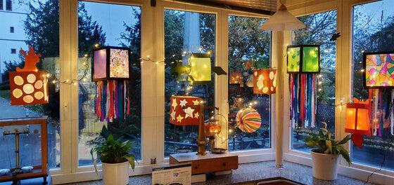 Apothekenschaufenster mit farbigen Laternen