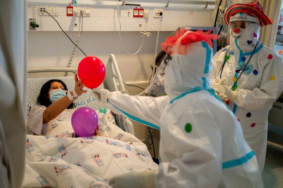 Medizinische Clowns unterhalten Covid-19-Patienten in einem israelischen Krankenhaus