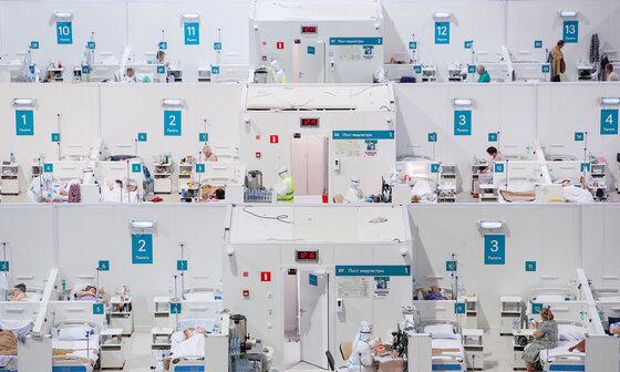 Behandlungsblöcke eines provisorischen Krankenhauses im Moskauer Krylatskoye-Eispalast