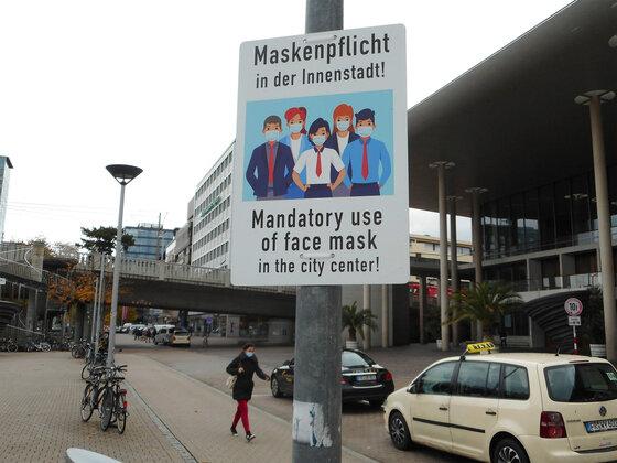 Hinweisschild: Maskenpflicht in der Innenstadt