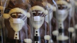 Schokoladen-Weihnachtsmänner mit Gesichtsmasken