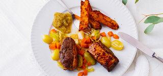 Entenbrustscheiben mit Wirsing-Trauben-Gemüse, Zwiebelkonfitüre und Rosmarinkartoffeln