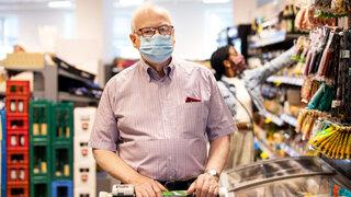 Coronavirus Masken verringern Corona-Infektionsrisiko um 45 Prozent Senior Einkaufen