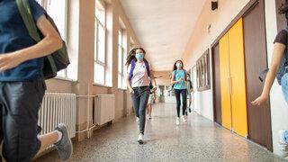 Coronavirus Covid19 Reicht der empfohlende Corona Abstand aus? Schüler laufen Gang Flur
