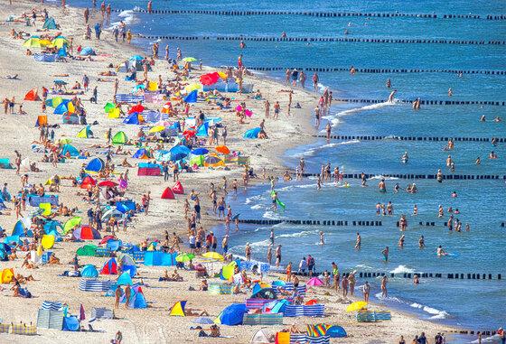 Badegäste am Strand in Warnemünde