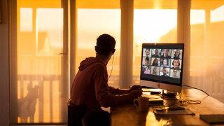ein Mann, der eine Videokonferenz macht