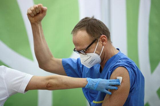 Das Gesundheitspersonal reagiert nach Erhalt des Pfizer-BioNTech COVID-19
