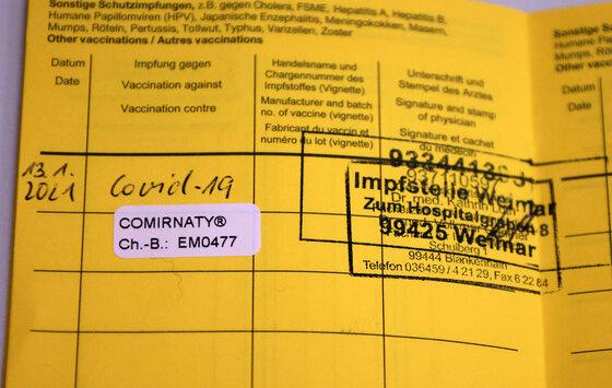 Impfpass mit Stempel: Covid-19 gegen geimpft