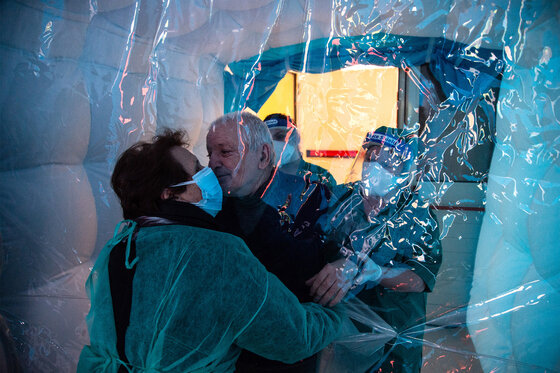 Coronavirus Hug Room Umarmungsraum lange Isolation Senioren Menschlicher Kontakt