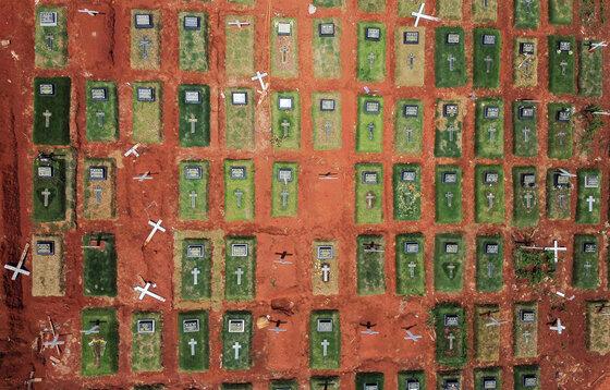 Luftaufnahme von Gräbern auf einem Friedhof