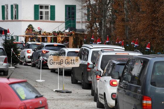 Autos stehen in einer Schlange auf einem Weihnachtsmarkt