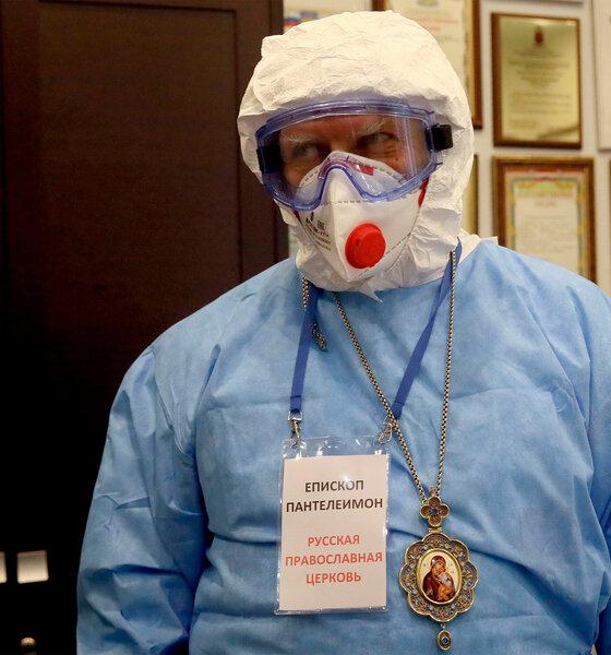 Bischof Panteleimon in Schutzkleidung vor einem Moskauer Krankenhauses