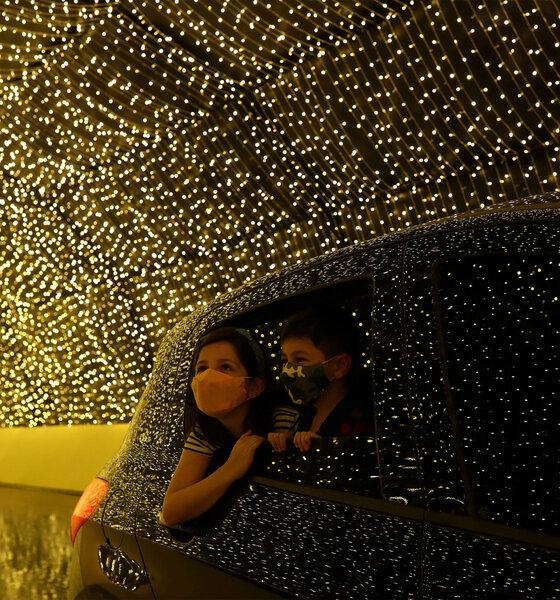 Familie im Auto bewundert die Lichter des Luminna Fest