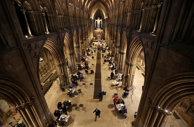Menschen erhalten COVID-19-Impfstoffe in der Lichfield Cathedral in Birmingham