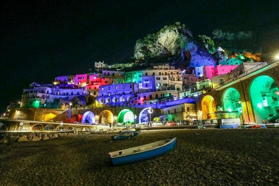 Momentaufnahme Amalfiküste Lichter Häuser Strand Weihnachtsbeleuchtung