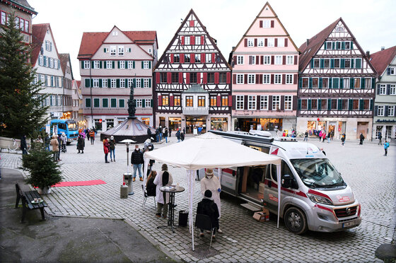 Arztmobil als Corona-Teststation auf dem Tübinger Marktplatz