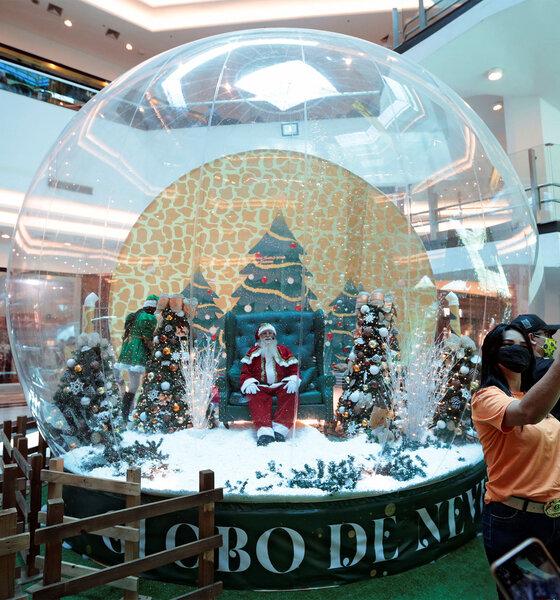 Weihnachtsmann in einer Plastikblase in einem Kaufhaus