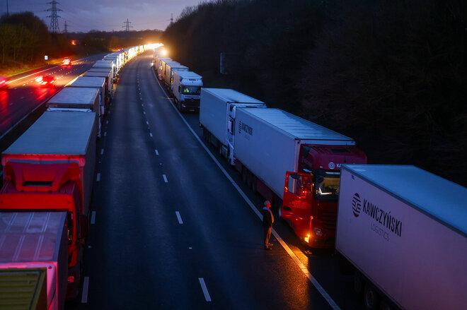LKWS Autoschlange Schlange stehen Stau Warten Einreise Ausreise Coronavirus Ashford Autobahn