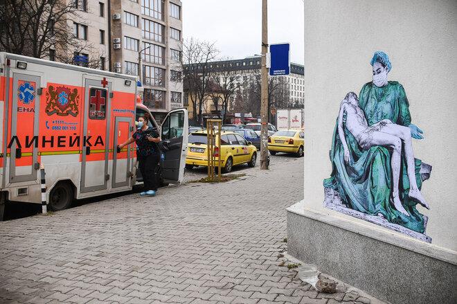 Pieta Madonna Coronamaske Virus Dezember Michelangelo Wandgemälde Stadt Jesus Maria Sofia Ambulanz