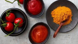 Selbst gemachter Tomaten-Ketchup im Schälchen