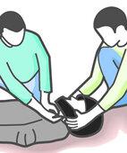 Um den Helm abzunehmen, arbeiten am besten zwei Helfer zusammen