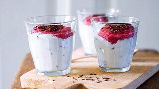 Joghurt-Sahne-Creme mit Preiselbeer-Schaum