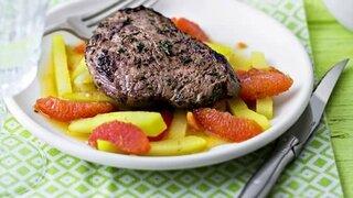 Kräuter-Steaks auf Grapefruit-Kohlrabi-Bett