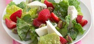Salat mit Erdbeeren und Feta-Käse