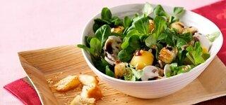 Feldsalat mit Scamorza und Sesam-Croutons