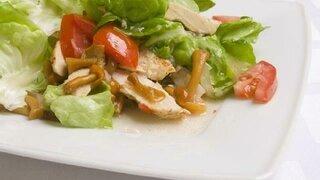 Kopfsalat mit Tomaten, Hühnchen und Pfifferlinge