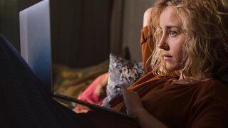 Virtuelle Couch Therapie online Video Probleme Soziales Junge Frau Gespräch Laptop Rat