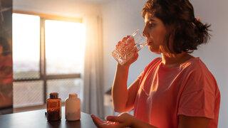 Kein Beleg für Corona-Abwehr durch Vitamin-D-Einnahme Frau Glas Tabletten