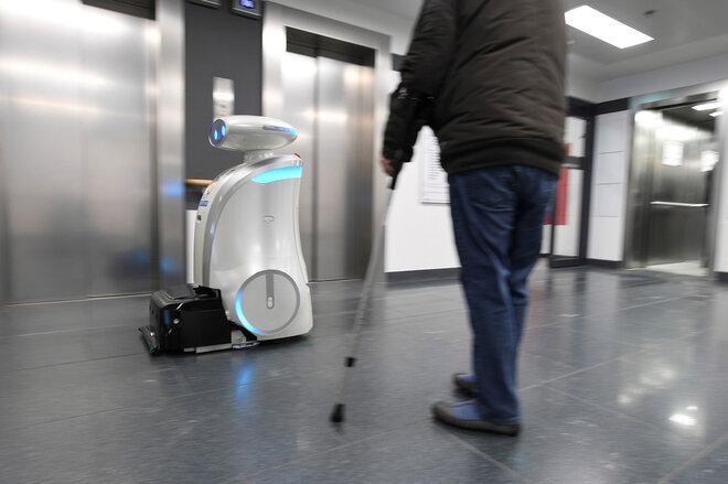 Roboter reinigt den Boden eines Krankenhauses