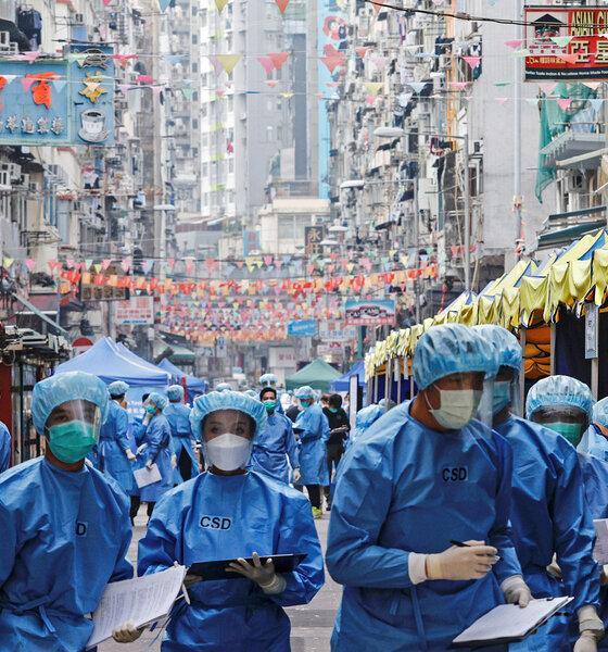 Gesundheitspersonal in Schutzkleidung in einem Wohngebiet in Hongkong