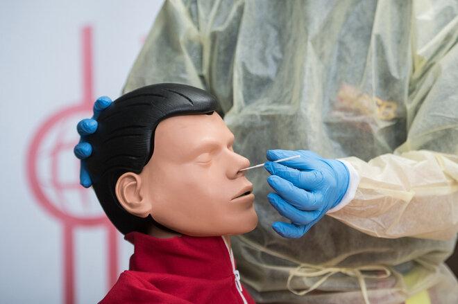 Schulung von Lehrern in der Anwendung von Antigen-Schnelltests mittels einem Kinderkopf-Dummys