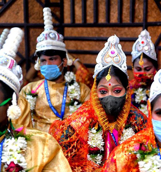 Indisches Hochzeitspaar mit Gesichtsmasken