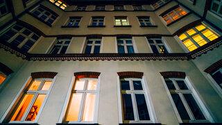 Ein Wohnhaus in der Nacht in Berlin