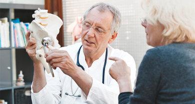 Wichtige Aufklärung: Ein Arzt zeigt, wie der Hüftersatz funktioniert