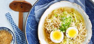 Japanische Küche Nudelsuppe mit Ingwer und Spitzkohl