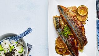 Japanische Küche Gebackene Makrele mit Reis und Nori-Alge